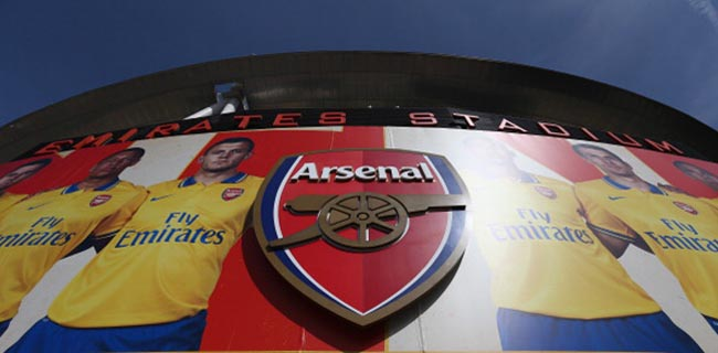 LONDON, ENGLAND - SEPTEMBER 01: The Arsenal crest is seen outside the stadium ahead of the Barclays Premier League match between Arsenal and Tottenham Hotspur at Emirates Stadium on September 01, 2013 in London, England. (Photo by Clive Mason/Getty Images)