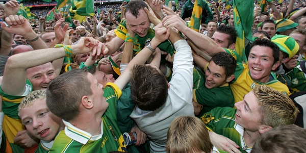 All Ireland Football Final Kerry 26/9/2004 Seamus Moynihan is mobbed by fans on the pitch after the game Mandatory Credit ©INPHO/Billy Stickland