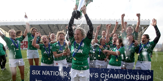 Niamh Briggs lifts the cup as the Irish players celebrate 22/3/2015