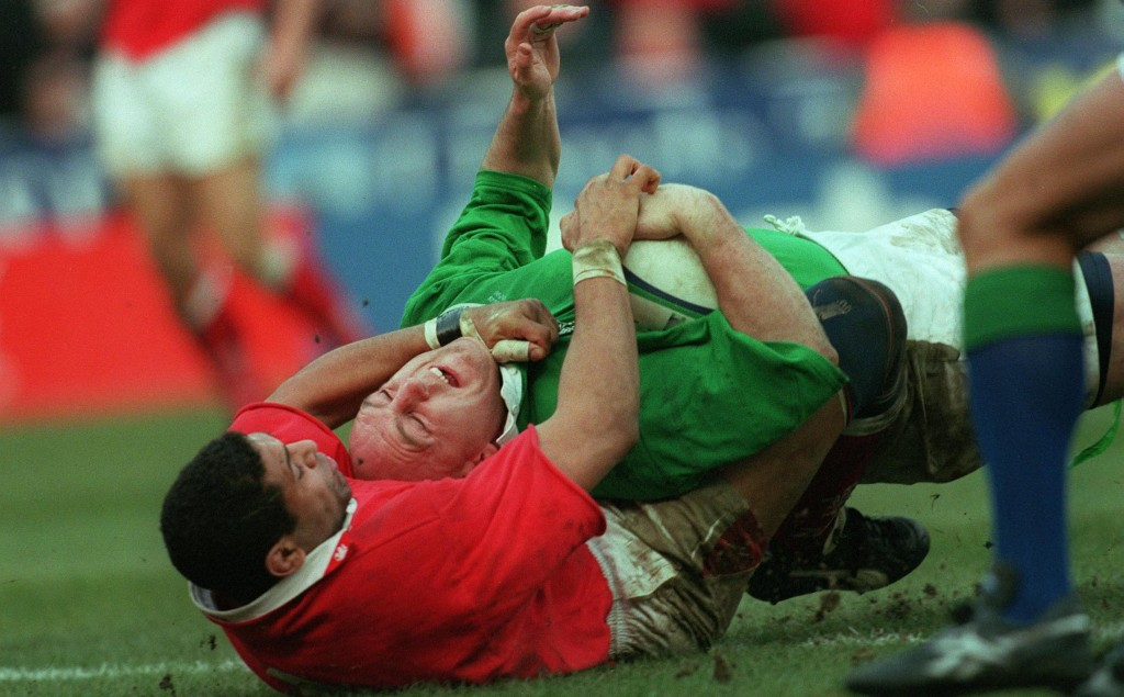 Wales v Ireland 20/2/1999 Keith Wood of Ireland tackled by Colin Charvis of Wales scores a try © INPHO/Patrick Bolger