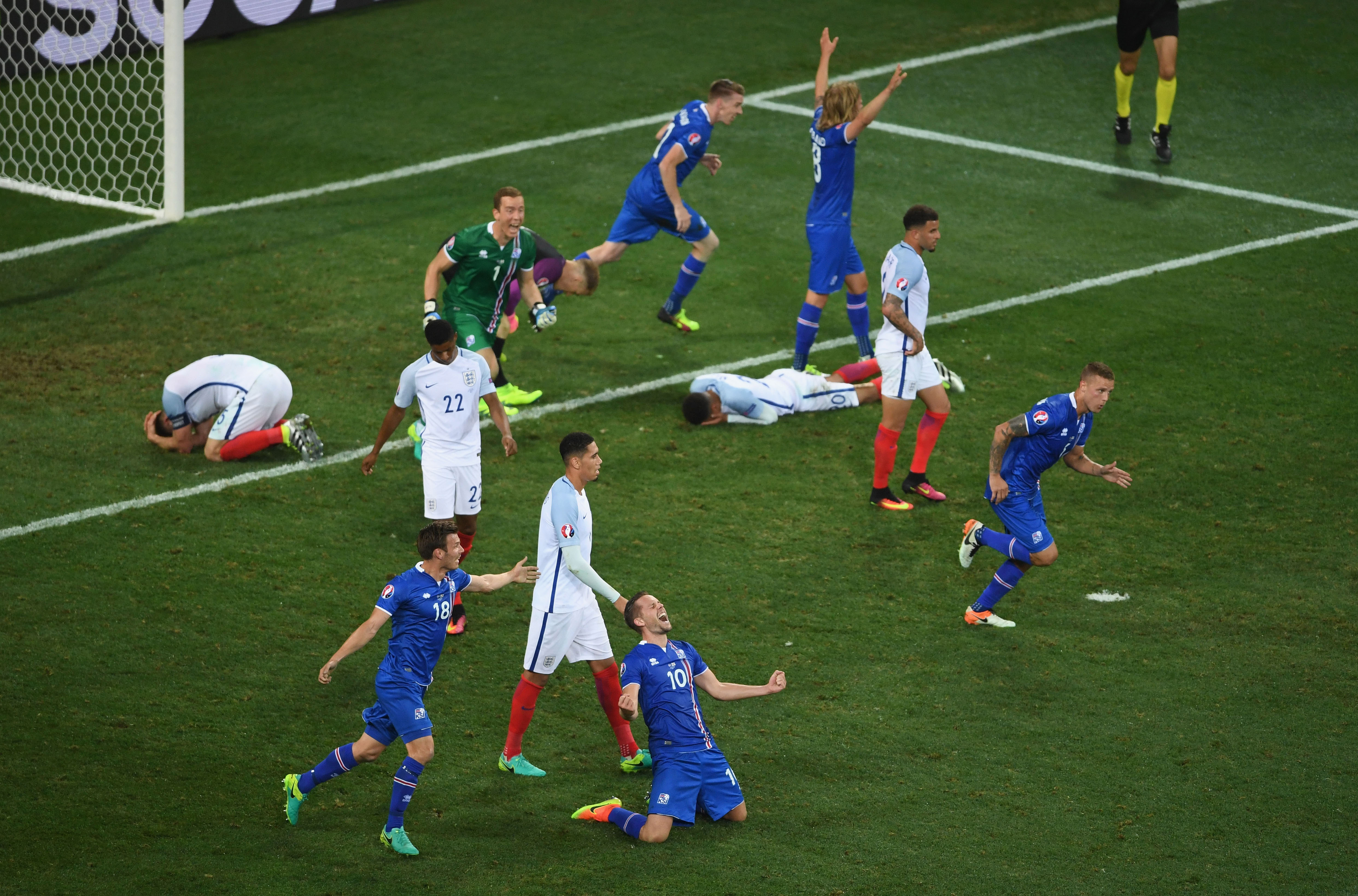 NICE, FRANCE - JUNE 27: (EDITORS NOTE: Retransmission of #543367594 with alternate crop.) Iceland players celebrate while England players show dejection after the UEFA EURO 2016 round of 16 match between England and Iceland at Allianz Riviera Stadium on June 27, 2016 in Nice, France. (Photo by Laurence Griffiths/Getty Images)